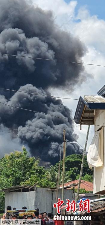 當地時間7月4日11時30分許,菲律賓軍方一架C-130運輸機在蘇祿省帕提庫爾鎮附近墜毀。菲律賓軍方消息稱,該軍機載有92人,已造成17人死亡,另有40人獲救。圖為墜機現場濃煙滾滾。