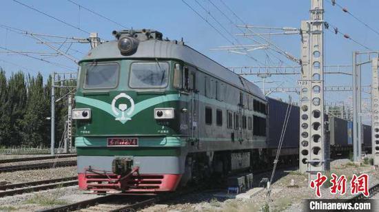今年1月至6月,經霍爾果斯鐵路口岸進出境的中歐(中亞)班列實現開行班列數量及過貨量雙增長?!±蠲鳌z