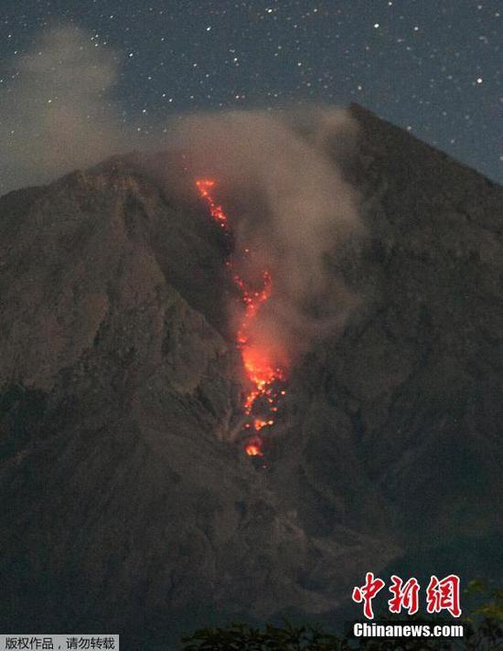 當地時間7月4日,印度尼西亞日惹,默拉皮火山噴發,火山灰沖向天際,巖漿順山體流淌。