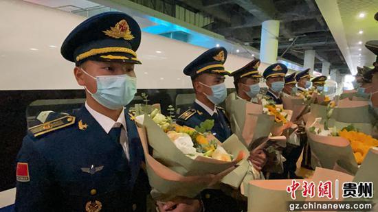 图为战友为25名官兵送上花束。
