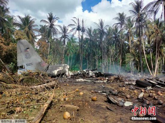 當地時間7月4日11時30分許,菲律賓軍方一架C-130運輸機在蘇祿省帕提庫爾鎮附近墜毀。菲律賓軍方消息稱,該軍機載有92人,已造成17人死亡,另有40人獲救。圖為墜機現場。