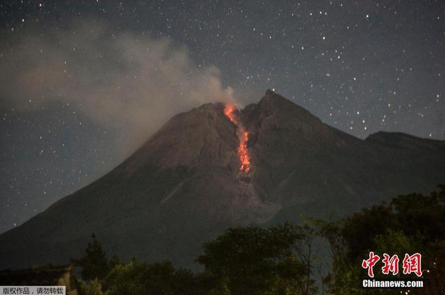 印尼默拉皮火山噴發 巖漿順山體而下