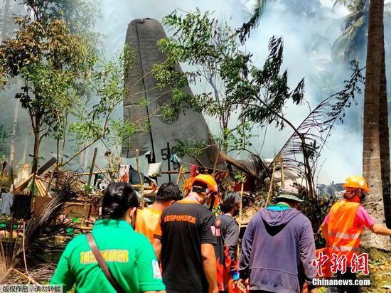當地時間7月4日11時30分許,菲律賓軍方一架C-130運輸機在蘇祿省帕提庫爾鎮附近墜毀。菲律賓軍方消息稱,該軍機載有92人,已造成17人死亡,另有40人獲救。圖為搜救人員抵達墜機現場。