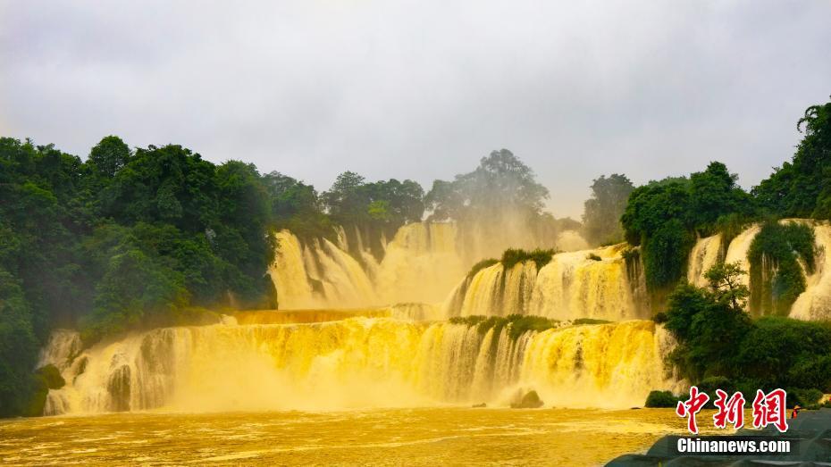 """亞洲第一跨國瀑布水量暴漲 變身""""黃金瀑布"""""""
