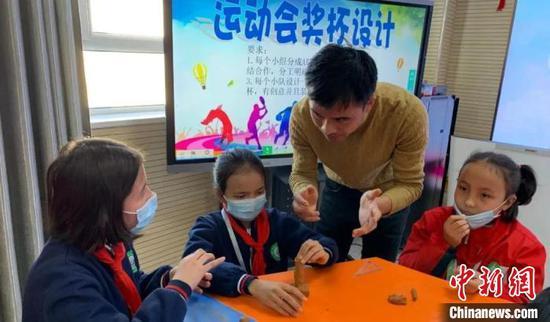 徐智霜指導學生設計運動會獎杯 施錦楓 攝