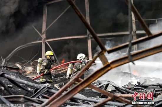 當地時間7月5日凌晨,泰國北欖府一家化工廠發生爆炸事故。當地官員稱,事故已造成1名救援人員遇難,29人受傷。圖為消防員進行滅火。