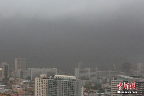7月5日凌晨,泰國北欖府一家化工廠發生爆炸事故。當地官員稱,事故已造成1名救援人員遇難,29人受傷。據報道,該化工廠倉庫內儲藏有數十噸化學用品,爆炸后當地空氣中彌漫著刺激性氣味及煙霧。圖為大火產生的煙霧籠罩曼谷上空。 中新社記者 王國安 攝