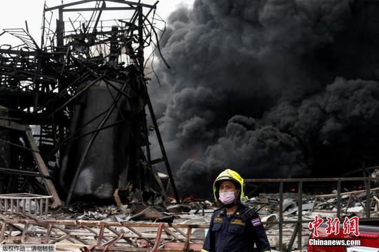 當地時間7月5日凌晨,泰國北欖府一家化工廠發生爆炸事故。當地官員稱,事故已造成1名救援人員遇難,29人受傷。圖為滾滾濃煙升騰。