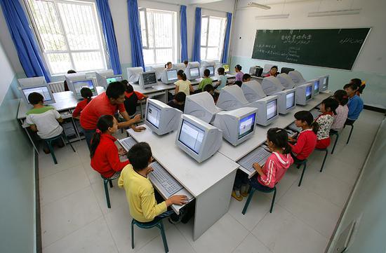 独山子石化捐助的察布查尔县石油希望学校电脑教室。种玉忠 摄