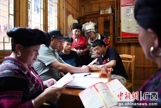 广西桂林龙胜县:走村进寨征兵忙