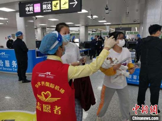 烏魯木齊國際機場志愿者為旅客服務?!⌒陆畽C場集團提供