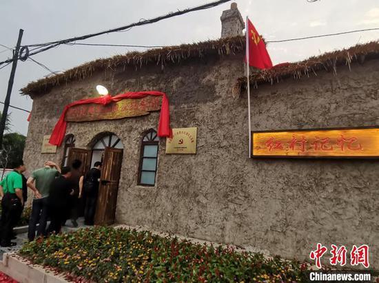民众参观中共沈阳市委旧址纪念馆。 赵桂华 摄