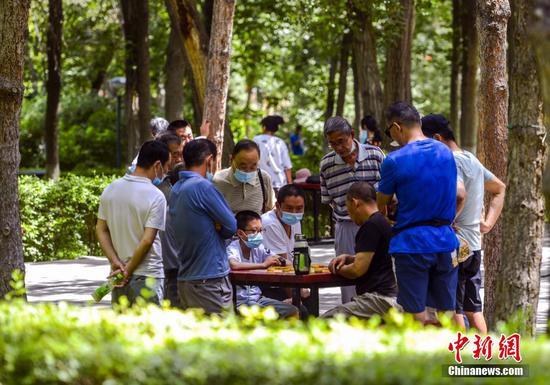 乌鲁木齐:民众公园里享清凉躲高温