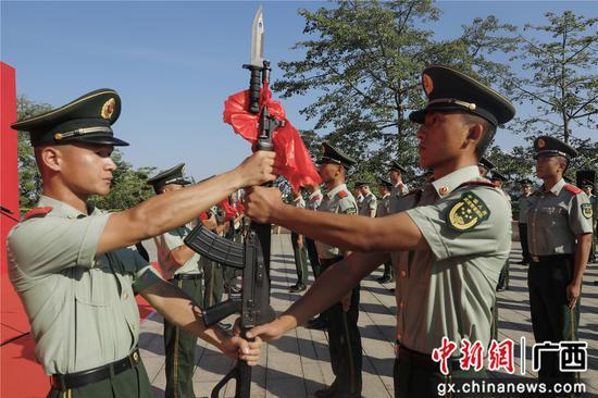 武警百色支队以红城特有方式欢迎新战友入营