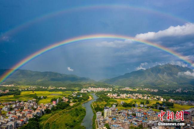 廣西蒼梧彩虹與鄉村田野構成美麗畫卷