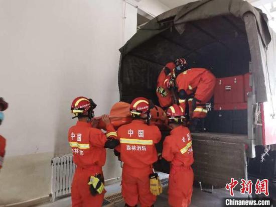 地震发生后,新疆巴州森林消防支队阿克苏大队准备好地震救援装备270件套。 王旭东 摄