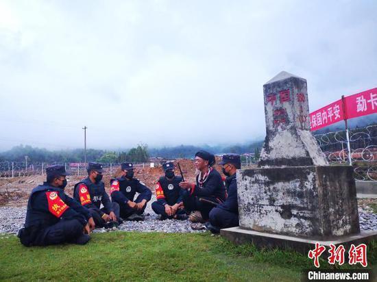 图为岩聪在中缅180附1号界桩处为民辅警演奏佤族传统乐器。 普洱边境管理支队供图