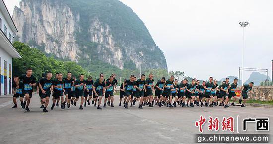 7月8日,集訓官兵正在進行3000米跑課目考核。