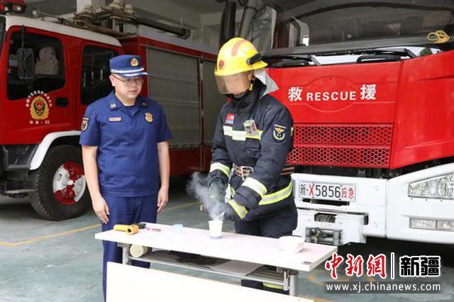 图为消防员用纸杯做实验。
