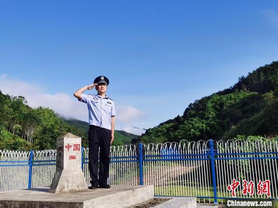 图为王宁查看中缅183号界桩。 普洱边境管理支队供图