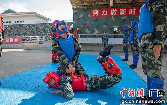 7月8日,集訓官兵正在進行擒敵術應用課目考核。