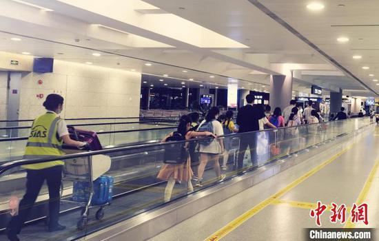 上海机场地服公司工作人员帮助无人陪伴儿童登机。 上海机场集团供图