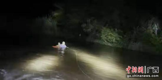 广西边境一男孩落水被困 民警趟河紧急救助
