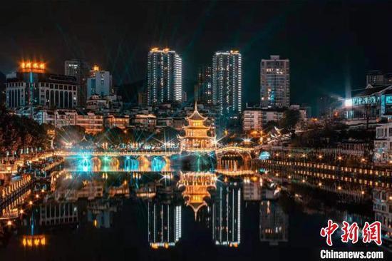 图为南明河夜景。 张晋铭 摄