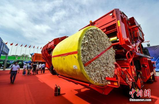 7月11日,2021新疆農業機械博覽會(新疆農機展)在位于烏魯木齊市紅光山的新疆國際會展中心開幕。新疆作為中國重要的棉花主產區之一,多家企業攜最新款采棉機前來參展,棉花全程機械化展區成為本屆農機展競爭最為激烈的擂臺區。 中新社記者 劉新 攝