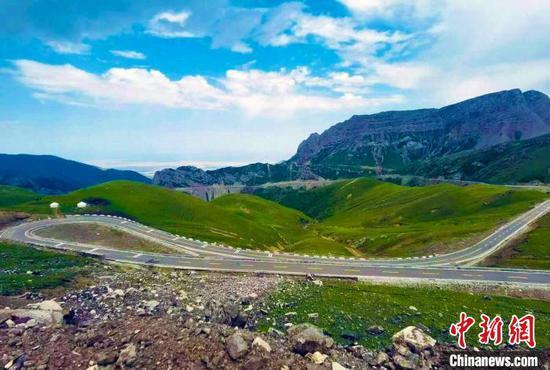 圖為伊昭公路的美麗景色?!⌒陆煌ㄟ\輸廳路網監測與應急處置中心提供