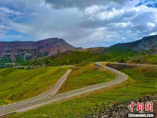"""伊昭公路沿線風景如畫,可展現""""一日游四季、十里不同天""""的壯美奇景,被譽為新疆最美公路之一?!⌒陆煌ㄟ\輸廳路網監測與應急處置中心提供"""