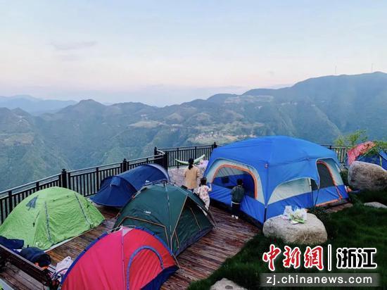 游客在施家庄村观景平台露营。 陈婉蘋 摄