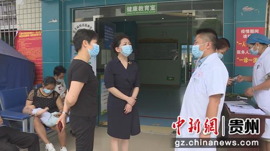慰问正在接种疫苗的医务工作人员