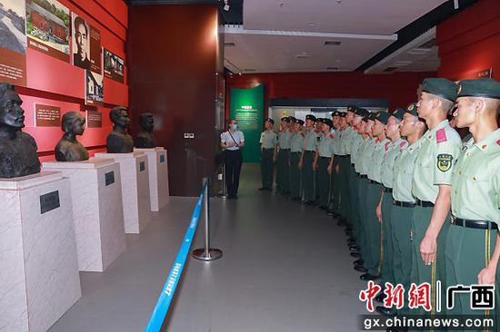 武警防城港支队新兵走进驻地博物馆开展别样教育