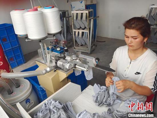 熱孜亞·艾買提參與的家庭工坊,其在用空余時間操作,每月收入2000多元?!∈酚窠?攝