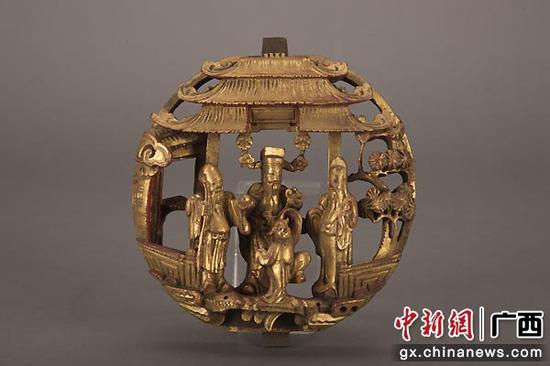 金漆通雕《蘇六娘》及福祿壽梳妝枱圓肚。黃源  供圖
