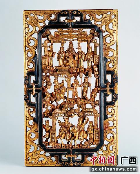 金漆通雕《郭子儀慶壽》神龕門肚。黃源  供圖