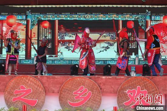 表演者在舞台上表演阳戏。瞿宏伦 摄