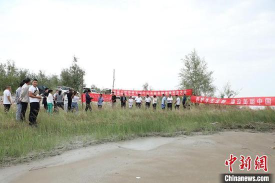 新疆兵團在塔里木河阿拉爾段開展葉爾羌高原鰍增殖放流活動?!±钐摇z