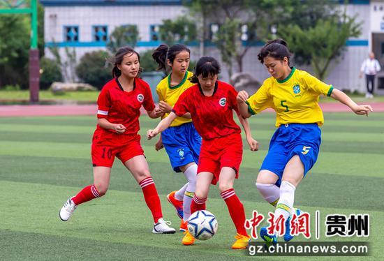 7月18日,毕节市第四届校园足球联赛在黔西举行,女子组在进行比赛。