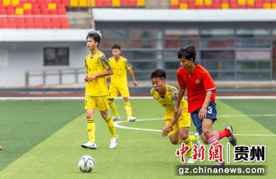 7月18日,毕节市第四届校园足球联赛在黔西举行,男子组在进行比赛。