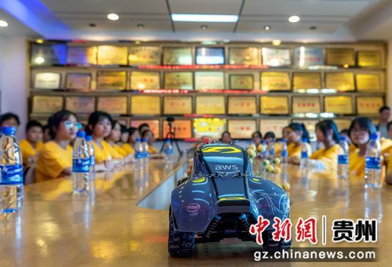 7月19日,贵州省黔西一中学生在学校会议室举行无人车系列公益课程结课仪式现场。