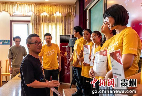7月17日,贵州省黔西一中领导在给同学们颁发结课证书。