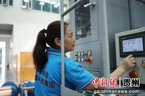 资料图:在中安电器科技产业园的生产车间内,工人正在调试绕包机操作数据,保证机械正常运转。