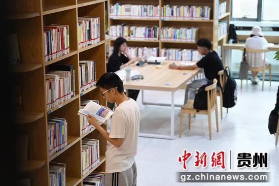 7月21日,读者正在贵阳市南明区图书馆内看书学习。