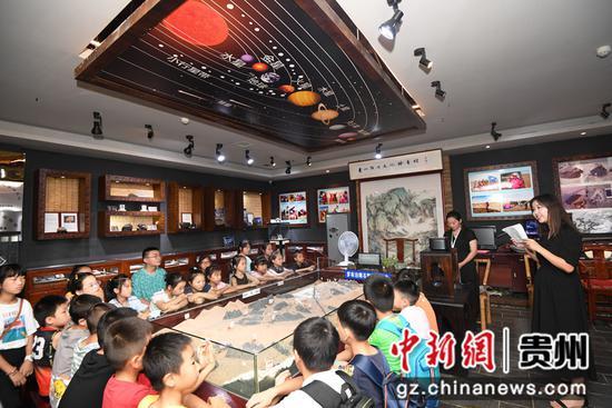 7月20日,在贵州陨石文化科普馆内,工作人员正在给小朋友们讲解行星科学知识。