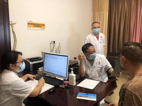 刘延青为患者义诊