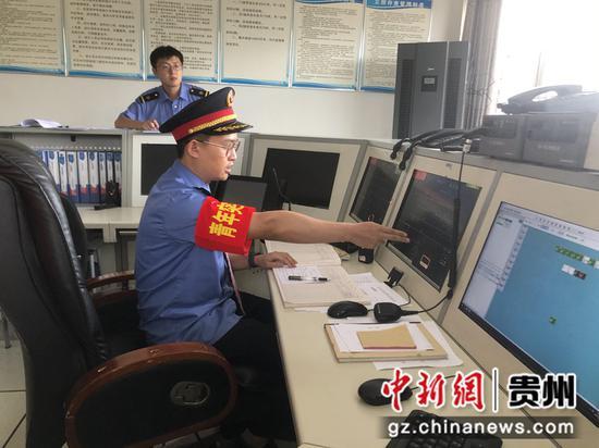 """图为参赛队员正在进行""""车站值班员""""实作项目比赛"""