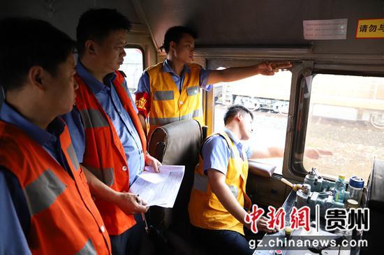 """图为参赛队员正在进行""""机车乘务员""""实作项目比赛"""