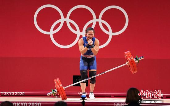 7月26日,菲律賓選手迪亞茲在比賽中。當日,東京奧運會舉重女子55公斤級比賽在東京國際論壇大廈舉行。菲律賓選手迪亞茲獲得冠軍。 中新社記者 杜洋 攝
